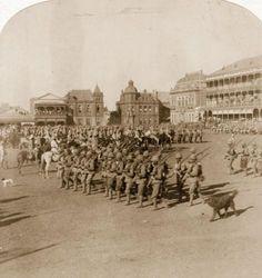 Besetzung Pretorias: Die britischen Truppen Lord Roberts' besetzen am 5. Juni 1900 die burische Stadt Pretoria. Die Soldaten marschieren in Formation über den Marktplatz.