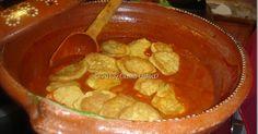 Tortitas de camarón en mole de pipián Rojo, agrega Romeritos para el menú de Navidad.