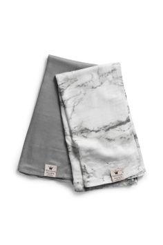 Elodie Details Bamboo Muslin Filt - Marble Grey De här nya filtarna är underbart lätta, mjuka och lena. Tillverkade av naturligt bambufiber som andas, är fuktabsorberande och temperaturreglerande. Med dubbla lager av muslinväv förstärks dessa egenskaper än mer och ger en filt som bara blir mjukare med varje tvätt. Användbar som snuttefilt, skötbädd, överkast eller lakan. <br><br>70% bambu, 30% bomull<br>Tvätt 40°