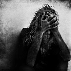 Lee Jeffries is a photographer who immortalized the homeless. We had already been talking about his work before, and this talented artist and incredible look reveals a new set of black and white portraits. Beautiful and sensitive images to discover in the sequel.