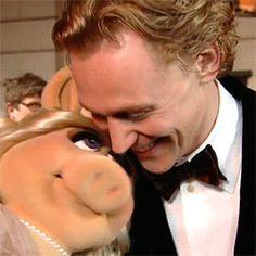 Tom Hiddleston kissing Miss Piggy. That's so cute! ♥
