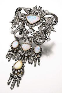 Sotheby's Londres este importante adorno de pecho o peto que perteneció a la colección de María Cristina de Borbón-Dos Sicilias (viuda del Rey Fernando VII), reina Regente de España. La pieza se hizo en 1850 en oro y plata y va montada con diamantes y cinco grandes ópalos blancos
