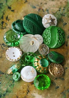 Beautiful green and white vintage glass buttons with gold accents. Helemaal de kleuren van mijn huisje!