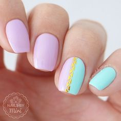 A simple and elegant combination of pink and mint. Put on gold stickers to get an extra touch and neat design.