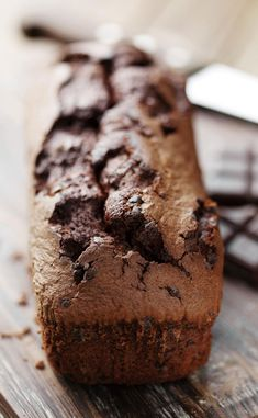 Recipe: Double-Chocolate-Banana Bread Chocolate, bananas, cakes - even more chocolate. We serve the Double Chocolate Banana Bread on Valentine's Day! Recipe: Double-Chocolate-Banana Bread Chocolate, bananas, cakes - even more chocol Easy Cake Recipes, Sweet Recipes, Snack Recipes, Chocolate Banana Bread, Chocolate Cake, My Favorite Food, Favorite Recipes, Plum Cake, Thermomix Desserts