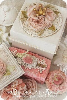 * Schlaflos in NRW *: Decorative Art~Pink & Crème Boxes Shabby Chic Mode, Shabby Chic Crafts, Vintage Crafts, Shabby Chic Style, Shabby Chic Embellishments, Shaby Chic, Hat Boxes, Altered Boxes, Ribbon Work