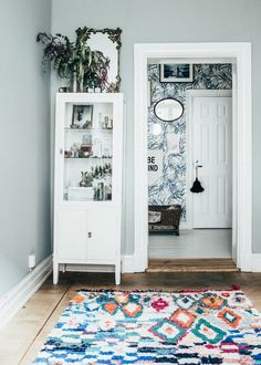 Discover the perfect bedroom paint colors and decorating ideas, inspiration and photos that fit your design style. Swedish Home Decor, Swedish Interiors, Swedish House, Scandinavian Interior Design, Scandinavian Home, Cosy Interior, Bedroom Paint Colors, Gray Bedroom, Home And Deco