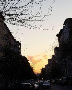 Dinge die wir am Sommer lieben: die wunderschönen späten Sonnenuntergänge. Verrückt wie lange es abends noch hell ist! #berlin #kreuzberg #sonnenuntergang #sundown #sommer #dusk #prettylittleberlin #derhimmelüberberlin #skyporn #wheninberlin #mitvergnügen #kiezcouture #igersberlin #berlinstagram #visit_berlin #berlineransichten #thehappynow #visitberlin #nofilter #topgermanyphoto #berlin2go #berlin4you #instaberlin #berlinstreets #searchwandercollect #berlinpage #diestadtberlin