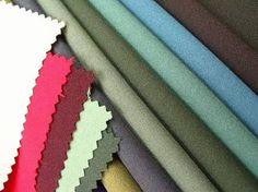 Crepe de lã: tecido de fio de lã penteada muito torcido.