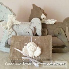 COCCINELLEPAZZE Handmade: Sacchetti in lino grezzo, tulle a pois e gessetto con angeli per la comunione shabby di Valentina