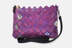 Andy Warhol. Handmade shoulder bag Andy Warhol depicting various of his special work. Having as a hanging guide a black chain and a black zipper integrating it. Accompanied by a black leatherette leash able to fluctuate. The pattern is digitally printed and enriched with a professional photographic plastic; providing UV protection in order to maintain and protect the colors adding 100% waterproofness.