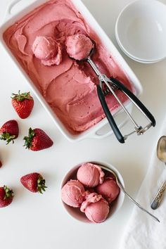 This strawberry frozen yogurt recipe is beyond easy. It takes just three ingredients and 30 seconds! It's delicious, fruity and the perfect healthy dessert recipe for hot days. Frozen Strawberry Desserts, Frozen Yogurt Recipes, Frozen Yoghurt, Frozen Desserts, Frozen Treats, Frozen Fruit, Recipes With Frozen Strawberries, Dairy Free Frozen Yogurt, Frozen Strawberry Smoothie