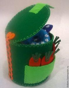 "Brinquedos educativos artesanais.  Mestres Fair - ""Figuras na casa"" artesanais feitos de feltro .. Handmade."