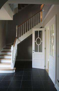 Witte kwartdraai trap in hout en cottage stijl