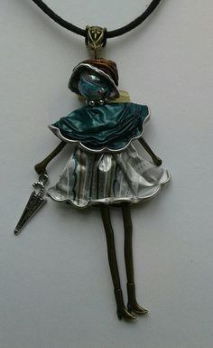 Poupée avec son parapluie Coffee Pods, Recycled Crafts, Creations, Jewelry Making, Handmade, Hand Crafts, Wire, Tin Cans, Pendants