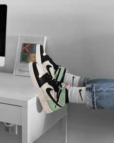 Aesthetic Shoes, Aesthetic Clothes, Zapatillas Nike Jordan, Nike Huarache, Jordan Shoes Girls, Girls Shoes, Cute Sneakers, Sneakers Mode, Hype Shoes