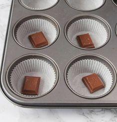 2. Ställ ut ca 15 muffinsformar på en plåt (eller i en muffinsform). Lägg en chokladbit i varje form. Best Dessert Recipes, Fun Desserts, Cake Recipes, Bagan, Pan Dulce, Candy Cookies, Cupcakes, Piece Of Cakes, No Bake Cake