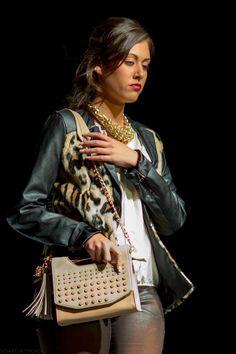 Bolso y collar de Lola Casademunt