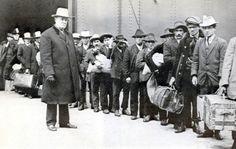 Meridionali negli Usa, solo una valigia di cartone. Gli emigrati italiani hanno dovuto lottare duramente contro terribili pregiudizi. Provenivano da tutte le regioni d'Italia ma erano soprattutto calabresi, campani, abruzzesi, molisani e siciliani. Il restante 20% era del Centro e del Nord Italia. #TuscanyAgriturismoGiratola