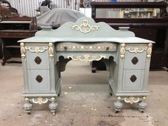 Equal mix of French linen and Louis blue Chalk Paint with old white accents.
