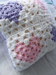 4 corazones <3 Crochet Patterns, Blanket, Crafts, Crochet Shirt, Felting, Chopsticks, Pillows, Bed Covers, Toss Pillows