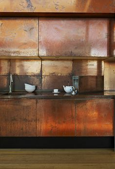 PIN 7 - This is a beautiful copper kitchen. Once again it bounces light off into the kitchen. I think it may look better with a different splash back. This could be too much copper to look at for many. Copper Kitchen, Kitchen Dining, Copper Counter, Loft Kitchen, Condo Kitchen, Kitchen Counters, Diy Kitchen, Kitchen Island, Interior Architecture