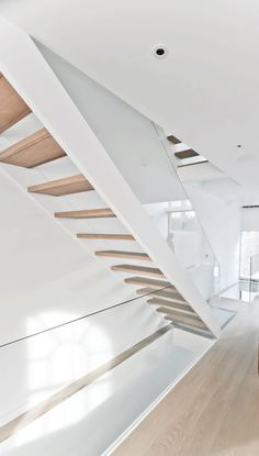 Des suggestion, This is the sort of stairs I would like. Natural wood all over with glass balustrade. Open Stairs, Entry Stairs, Glass Stairs, Staircase Railings, Wooden Staircases, Floating Stairs, Wood Stairs, Modern Staircase, House Stairs