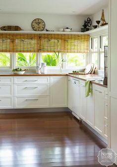 カーテンがなびくと危険もあるキッチンでは、すだれが賢く、アクセントにもなります。