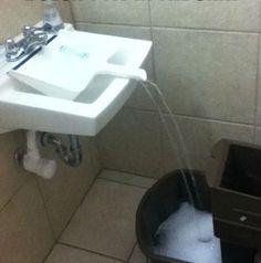 Use uma pá para levar a água do tanque/pia para um recipiente grande, que não cabe embaixo da torneira.