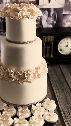 Elegant floral cake - so chic #wedding #weddingcake #vintage #flowers #cake