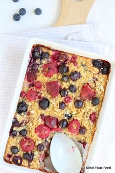 Gebakken havermout met rood zomerfruit - Mind Your Feed Healthy Sweets, Healthy Dessert Recipes, Healthy Baking, Healthy Snacks, Breakfast On The Go, Low Carb Breakfast, Oats Recipes, My Favorite Food, Love Food