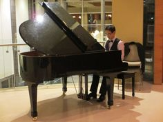 Melbourne pianist Calvin Leung, available for weddings, private and corporate functions.