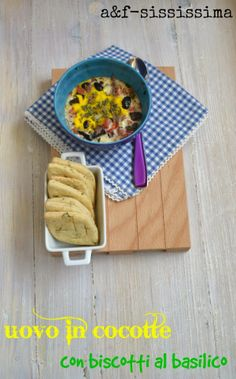 uovo in cocotte alla mediterranea con biscotti al basilico