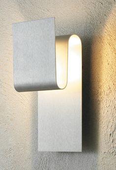 Die Escale Fold ist eine mehrfach geschwungene Wandleuchte aus Aluminium. Die Länge liegt bei 12 cm, die Tiefe bei 11 cm und die Höhe bei 30 cm. Sie haben die Wahl zwischen drei unterschiedlichen Oberflächen: Aluminium geschliffen, Blattgold oder...