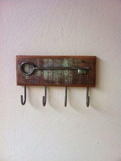 Porta chaves de madeira de demolição e ferro. R$ 45,00: