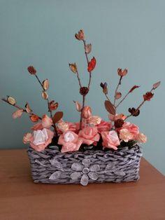 Cesta em jornal e flores artesanais com materiais recicláveis