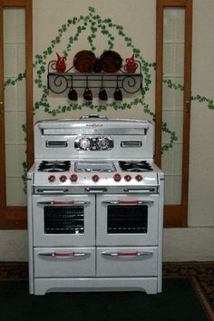 O'Keefe & Merritt 4 Burner Double Oven with Red Knobs & Handles Stove Parts! Kitchen Stove, Old Kitchen, Vintage Kitchen, Kitchen Ideas, Vintage Appliances, Home Appliances, Stove Parts, Vintage Stoves, Antique Stove
