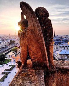 Sunsets leave me speechless ❤️ / В этом городе я научилась ещё одному: не думать о суете, с той минуты как закатное солнце окрасило небо в яркие краски до той минуты, пока на следующий день я не увидела это снова ❤️ P.S. @dasha_sky как-то быстро угадала, что я направляюсь в Румынию ✈️😳🇹🇩 #sunset #notredame #paris #france #DontSnapShoot #HuaweixJeffonline #MyHuaweiP9 #FR