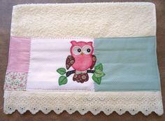 Toalha de lavabo na cor bege com aplicação em patchwork feito à mão com motivo de corujinha e acabamento em bordado inglês.