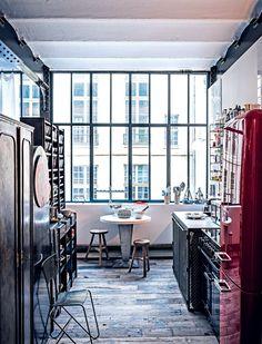 Kitchen with big industrial windows / Cuisine noire et blanche : entre sobriété et raffinement - Marie Claire Maison