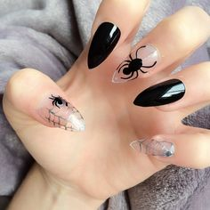Halloween manicure e nail art da paura – VanityFair.it Ongles Gel Halloween, Cute Halloween Nails, Halloween Nail Designs, Spooky Halloween, Holloween Nails, Halloween Party, Halloween Ideas, Halloween Acrylic Nails, Halloween Coffin