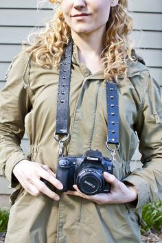 Check out this AWESOME DIY Camera Strap From A Belt from @Transient Expression #DIY #accesories #cameras