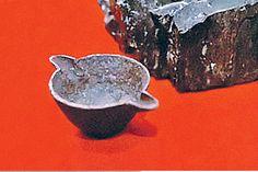O copo de ferro descoberto dentro de um pedaço de carvão, que data de 300 milhões de anos atrás