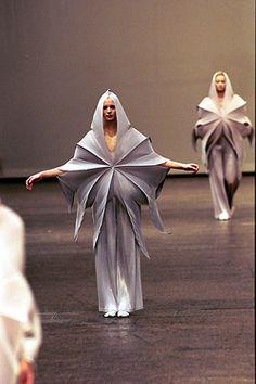 Ideas Fashion Art Sculpture by Issey Miyake Issey Miyake, Mode Origami, Origami Art, Origami Design, Weird Fashion, Fashion Art, Textiles, Yohji Yamamoto, Structured Fashion