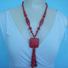 Colar feito com pedra natural coral, murano e miçangas vermelhas. R$ 13,00