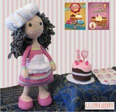 Schema per fare bambola pasticcera a uncinetto con tecnica amigurumi. Completa di grembiulino, cappello e torta farcita.