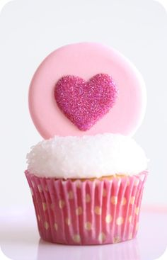 How do you store {Royal Icing} and how long can you keep it? - Valentine's Cupcakes & Tutorial – How do you store royal icing and how long can you keep it? Fondant Cupcakes, Cupcake Cookies, Heart Cupcakes, Cupcake Toppers, Heart Cookies, Sugar Cookies, Valentine Day Cupcakes, Valentines Day Treats, Valentine Recipes