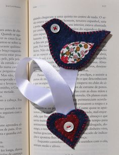 ---would be fun to do for v-day and hand out at school Felt bookmark bird!---would be fun to do for v-day and hand out at school Book Crafts, Hobbies And Crafts, Felt Crafts, Fabric Crafts, Sewing Crafts, Felt Bookmark, Bookmark Ideas, Craft Projects, Sewing Projects
