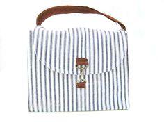 Rustic Reusable Lunch Tote Tutorial by Amy Nicole Diy Messenger Bag, Diy Tote Bag, Diy Purse, Diy Bags Purses, Cute Purses, Sew Bags, Tote Tutorial, Tutorial Sewing, Minimalist Bag