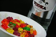 How to Make Vodka Gummy Bears. Soaking gummy bears in vodka creates an adult twist on a popular snack, and some mighty tipsy bears! You can also use other gummy candies, like worms, in the recipe. And just like people, expect the bears to. Drunk Gummy Bears, Vodka Gummy Bears, Gummi Bears, Party Sweets, Party Snacks, Party Fun, Party Time, Party Ideas, Gift Ideas